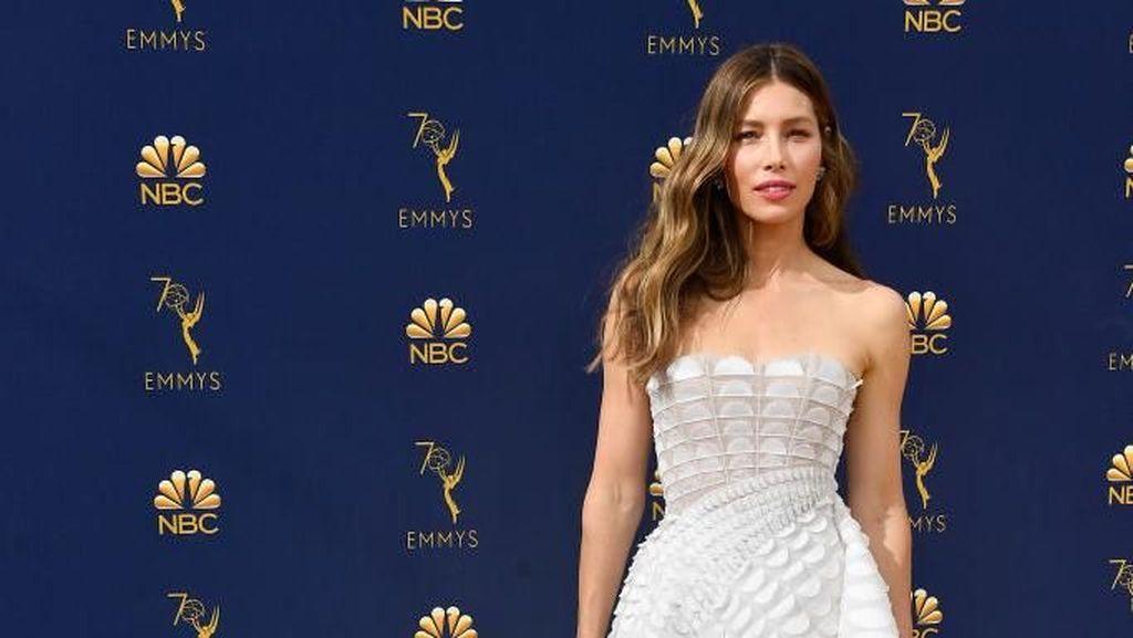 Foto: 10 Selebriti Dunia Berbusana Terbaik di Emmy Awards 2018
