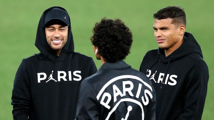 LIVERPOOL, ENGLAND - SEPTEMBER 17:  Neymar Jr, Thiago Silva and Marquinhos of Paris Saint-Germain speak as Paris Saint-Germain walks the pitch on the eve of their UEFA Champions League Match against Liverpool at Anfield on September 17, 2018 in Liverpool, England.  (Photo by Mark Robinson/Getty Images)