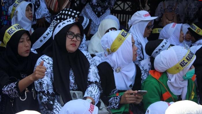 Ribuan guru honorer menggelar aksi unjuk rasa di Pemda Garut. Guru honorer marah lantaran disebut sebagai guru ilegal oleh Plt Kadisdik Garut Djatjat Darajat.