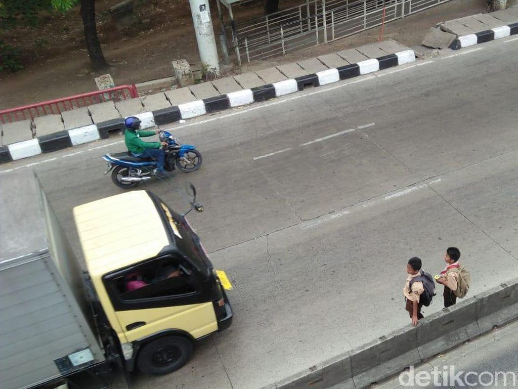 JPO di Daan Mogot Rusak, Lihat Ngerinya Siswa SD Menyeberang