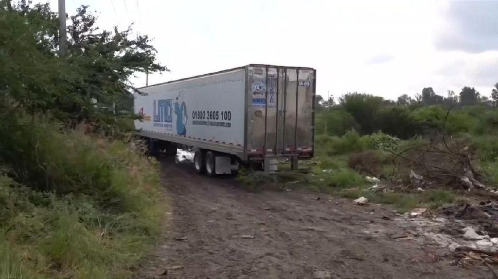 Bau Menyengat Truk Berisi 157 Mayat di Dekat Permukiman