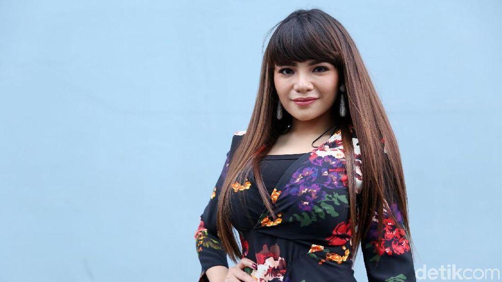 5 Pria Ini Terpikat Si DJ Seksi Dinar Candy