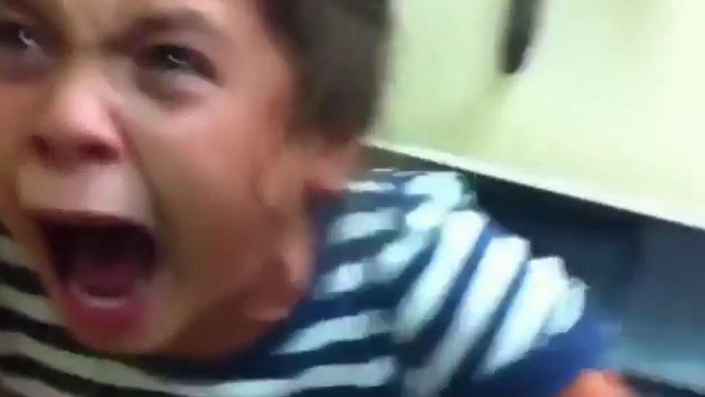 Foto: Ekspresi Kocak Bocah Bule Disuntik Bikin Ngakak