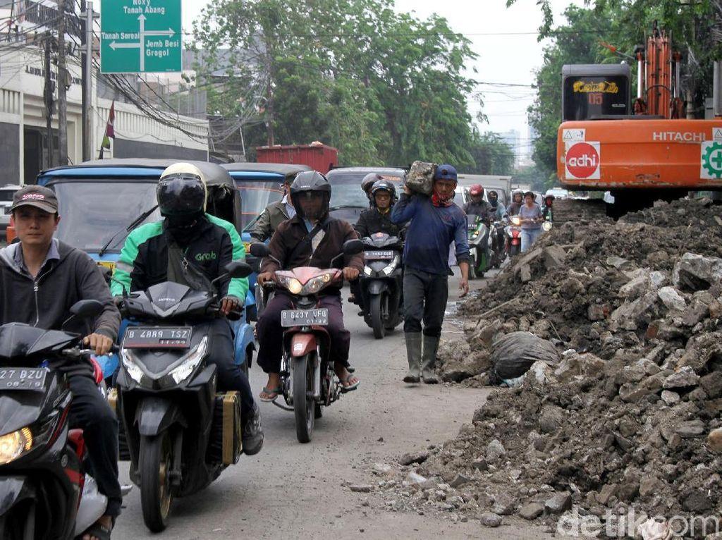 Sering Melewati Kemacetan, Oli Motor Harus Lebih Cepat Diganti?