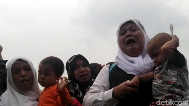 Isak Tangis Warnai Aksi Ribuan Guru Honorer di Sukabumi
