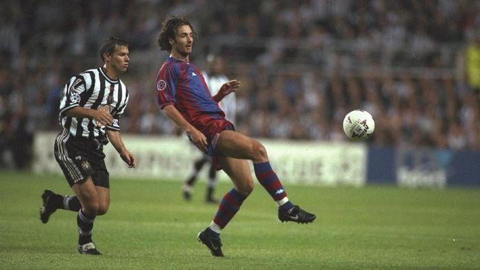 Newcastle United bikin kejutan dengan mengalahkan Barcelona 3-2 di musim 1997/1998. Fustino Asprilla mencetak hat-trick di laga ini. Start buruk ini bikin Barca terdepak dari fase grup sebagai juru kunci. (Foto: Mark Thompson/Getty Images)