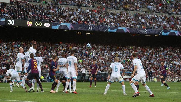 Barcelona unggul 1-0 atas PSV di babak pertama matchday 1 Liga Champions berkat tendangan bebas Lionel Messi (Foto: Albert Gea/Reuters)