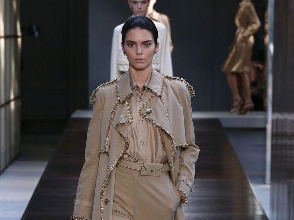 Debut Kendall Jenner Kembali ke Catwalk Pasca Buat Banyak Model Tersinggung