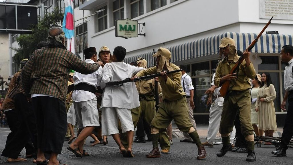 Aksi Teatrikal Warga Surabaya Mengenang Peristiwa 19 September