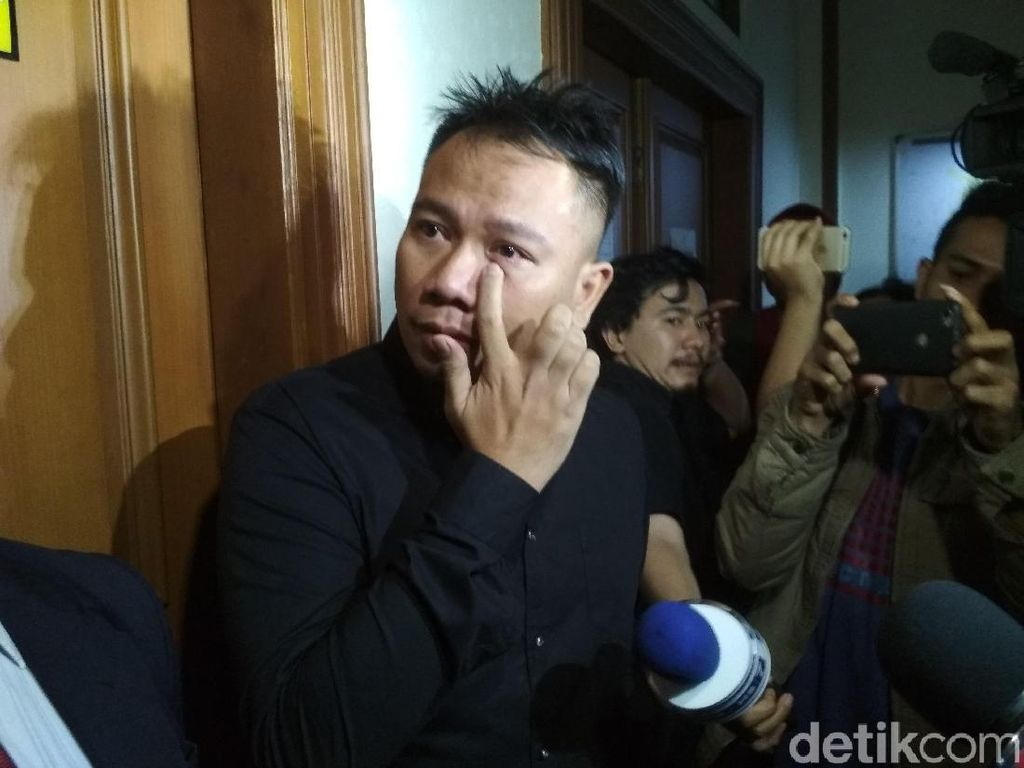 Saksi Tak Hadir, Vicky Prasetyo Tetap Mantap Bercerai