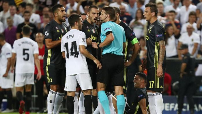 Felix Brych dikerubungi pemain Juventus usai memberi kartu merah pada Cristiano Ronaldo (REUTERS/Sergio Perez)