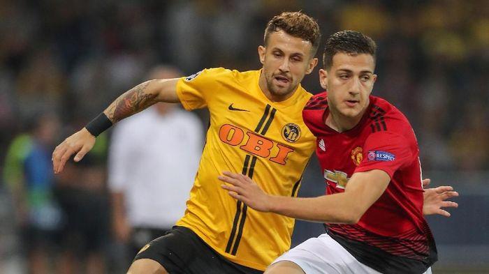 Diogo Dalot (kanan) tampil bagus di laga debutnya bersama Man United. (Foto: Christian Kaspar-Bartke/Getty Images)