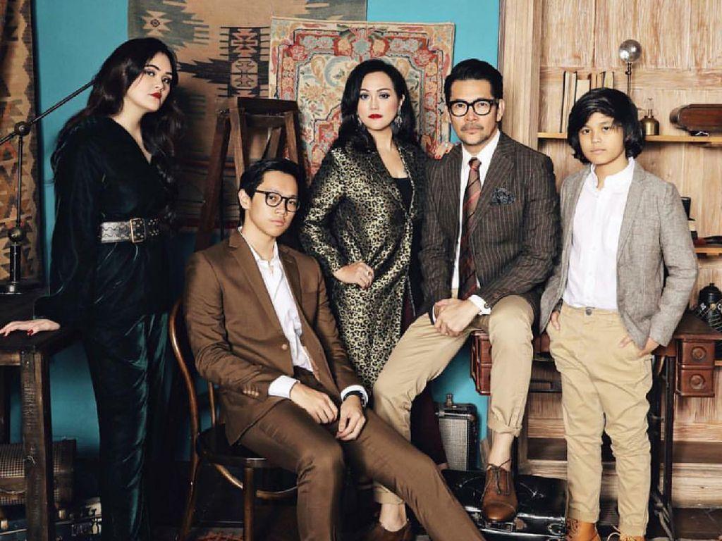 Intip 10 Gaya Kece nan Kompak Keluarga Ferry Salim