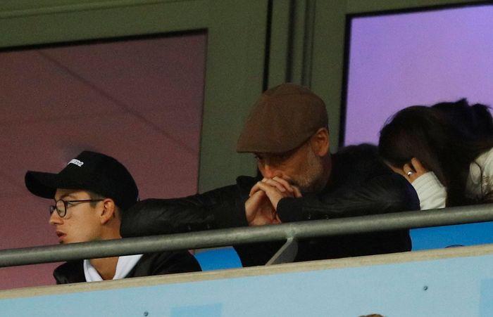 Pep Guardiola tertunduk lesu. REUTERS/Phil Noble.