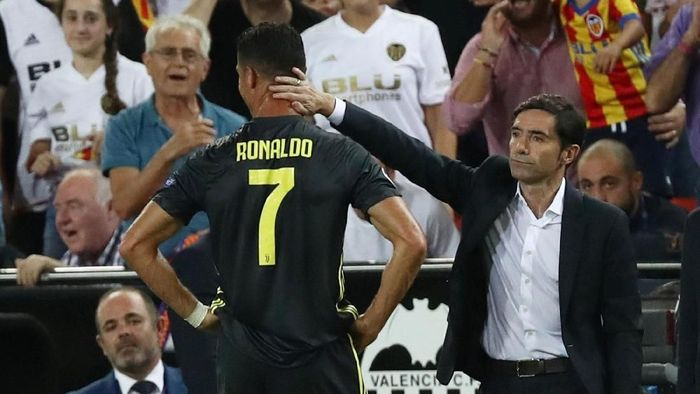 Pelatih Valencia Marcelino menghibur Cristiano Ronaldo (Sergio Perez/Reuters)