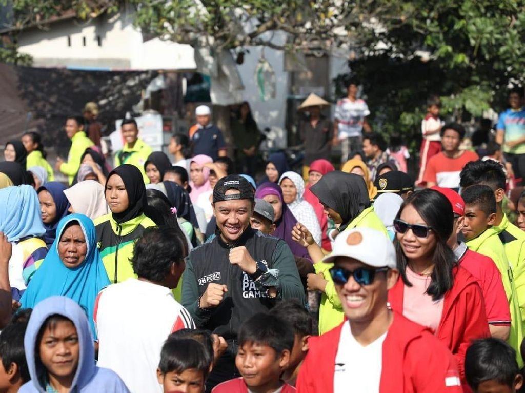 Menpora Bagikan Alat Olahraga ke Korban Gempa Lombok