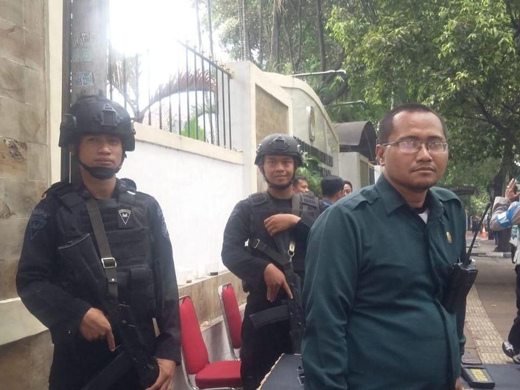 Jelang Pengundian Nomor Urut Capres, Polisi Bersenjata Siaga di KPU