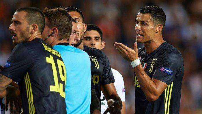 Cristiano Ronaldo dikartu merah. (Foto: Manuel Queimadelos Alonso/Getty Images)