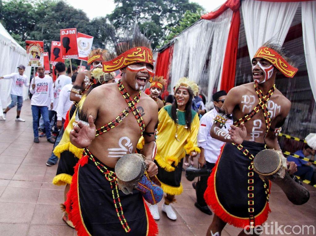 Gaya Para Relawan Jokowi di Tugu Proklamasi