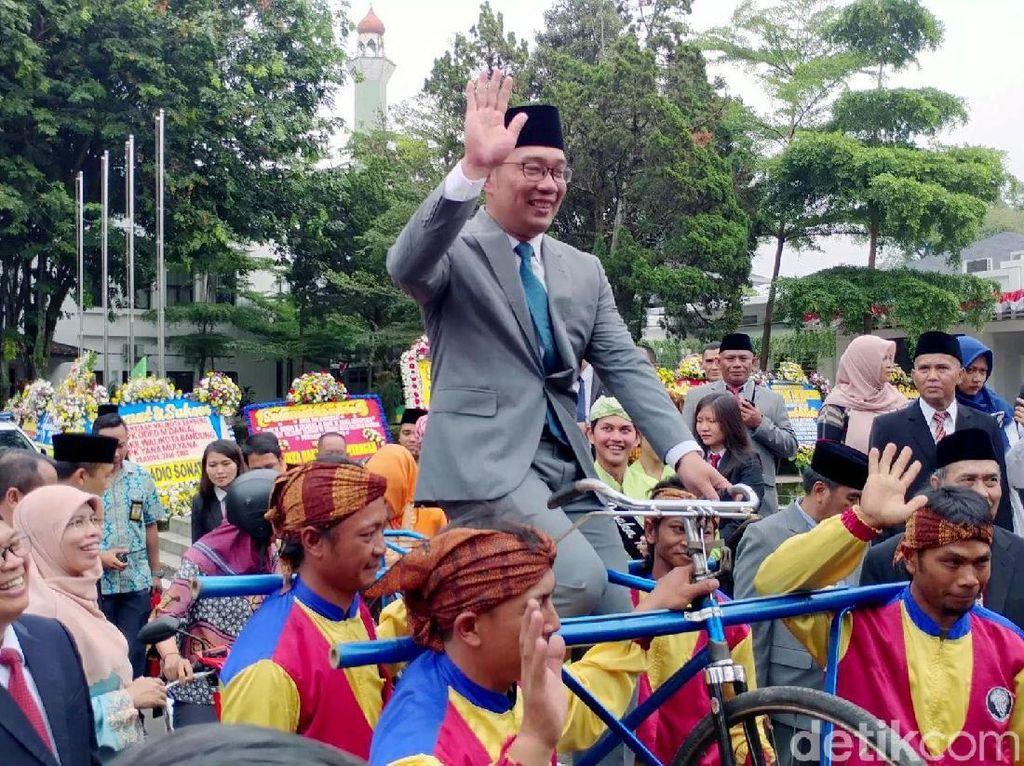 Sertijab Wali Kota Bandung, Ridwan Kamil Diarak di Atas Sepeda