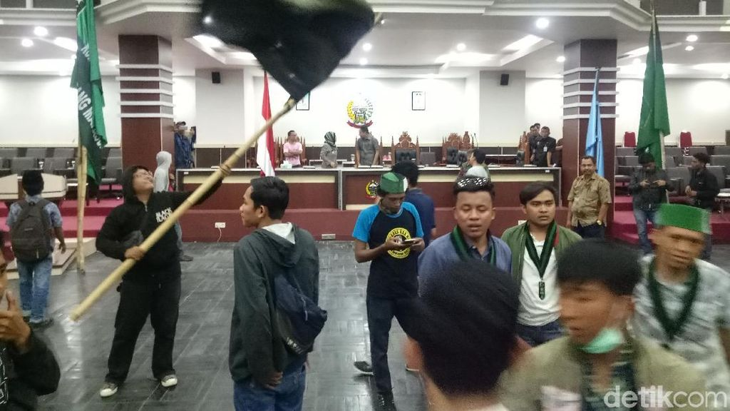 Minta Jokowi Pecat Menkeu, Mahasiswa Acak-acak Ruangan DPRD Sulsel