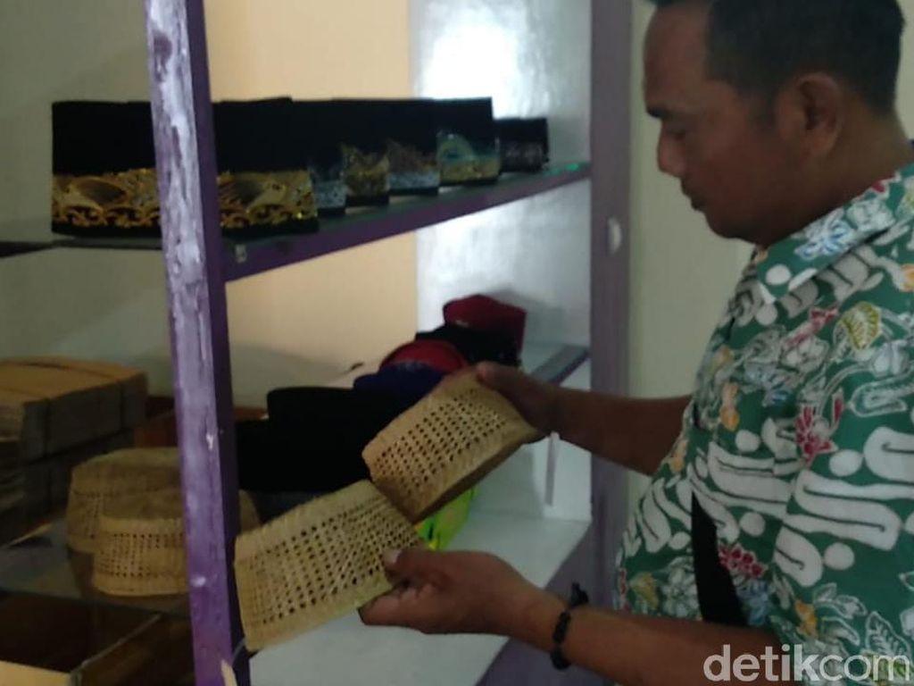 Anti Mainstream, Warga Lamongan Ini Bikin Songkok dari Rumput Otok