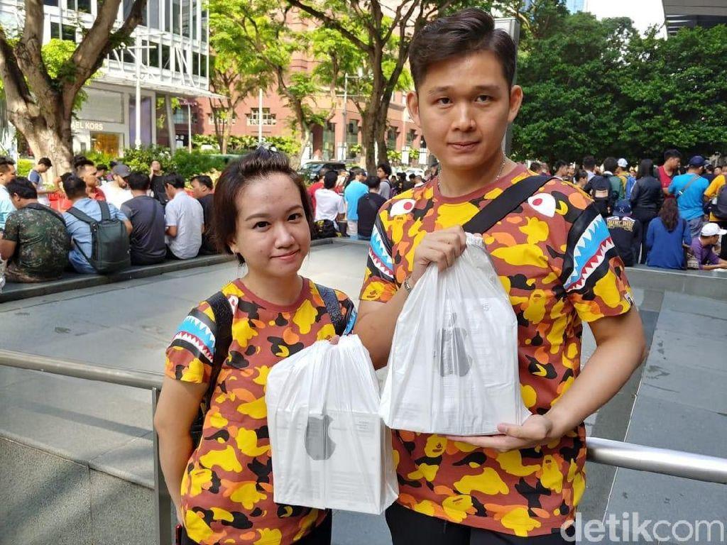 Kompaknya Pasangan Asal Bogor Berburu iPhone Baru di Singapura