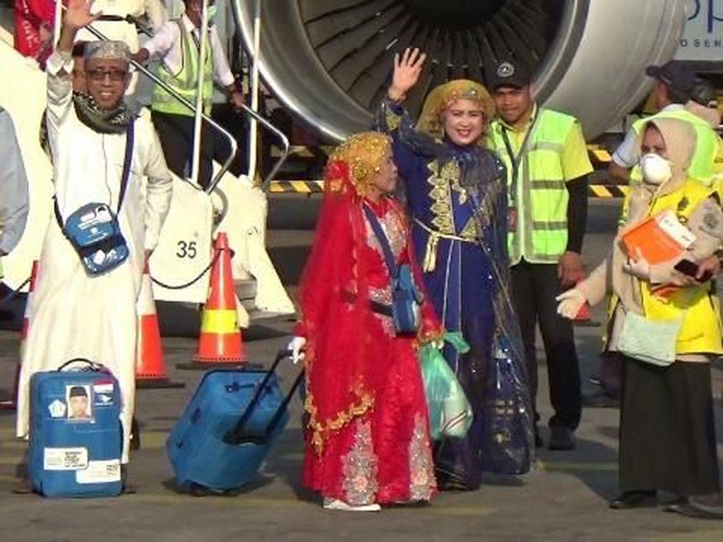 Viral Emak-emak dari Sulsel Berdandan Cetar Saat Pulang Haji