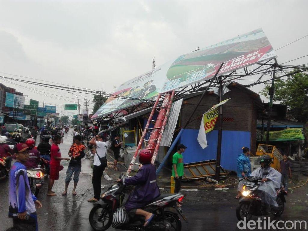 Hujan Deras Disertai Puting Beliung Landa Soreang
