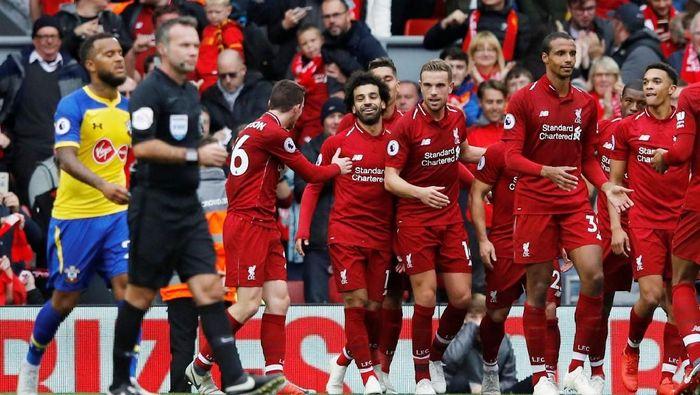 Liverpool kalahkan Southampton 3-0 dan puncaki klasemen Premier League (Phil Noble/Reuters)