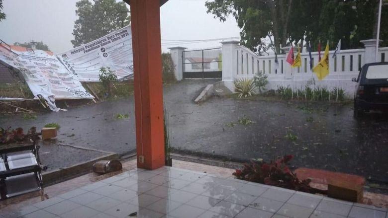 Kantor KPU Kabupaten Bandung Disapu Puting Beliung