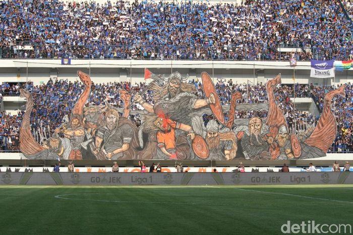 Suasana kemeriahan Bobotoh di tribun Stadion GBLA.