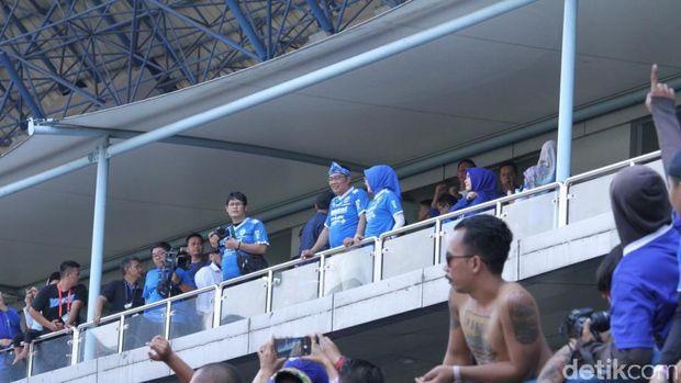 Gubernur Jabar Ridwal kamil nonton langsung laga Persib vs Persija di Stadion GBLA, Minggu (23/9). (Wisma Putra/detikSport)