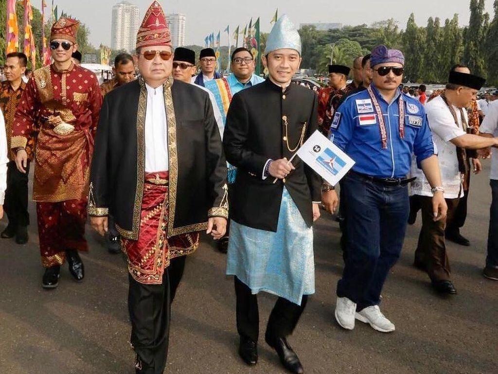 Gaya SBY Pakai Baju Banjar dan Kacamata Aviator Sebelum WO di Kampanye Damai