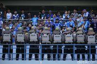 Polisi amankan pertandingan Persib vs Persija di Stadion Gelora Bandung Lautan Api (GBLA), Minggu (23/9/2018).