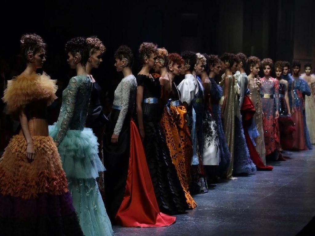 Foto: Terpesona Gaun Sebastian Gunawan yang Penuh Warna