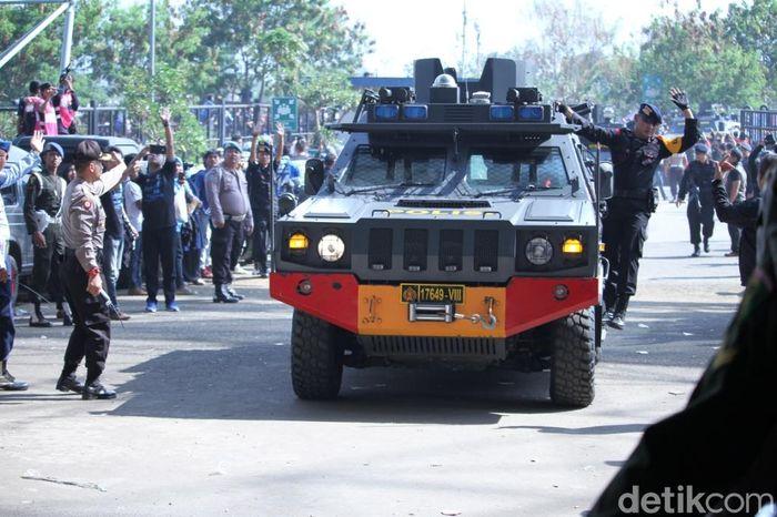 Momen kendaraan barracuda Brimob yang mengangkut pemain Persija tiba di Stadion GLBA.