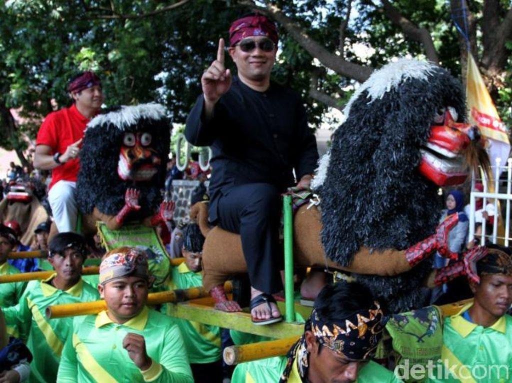 Momen Ridwan Kamil Kampanyekan Jokowi-Amin Bersama Seniman