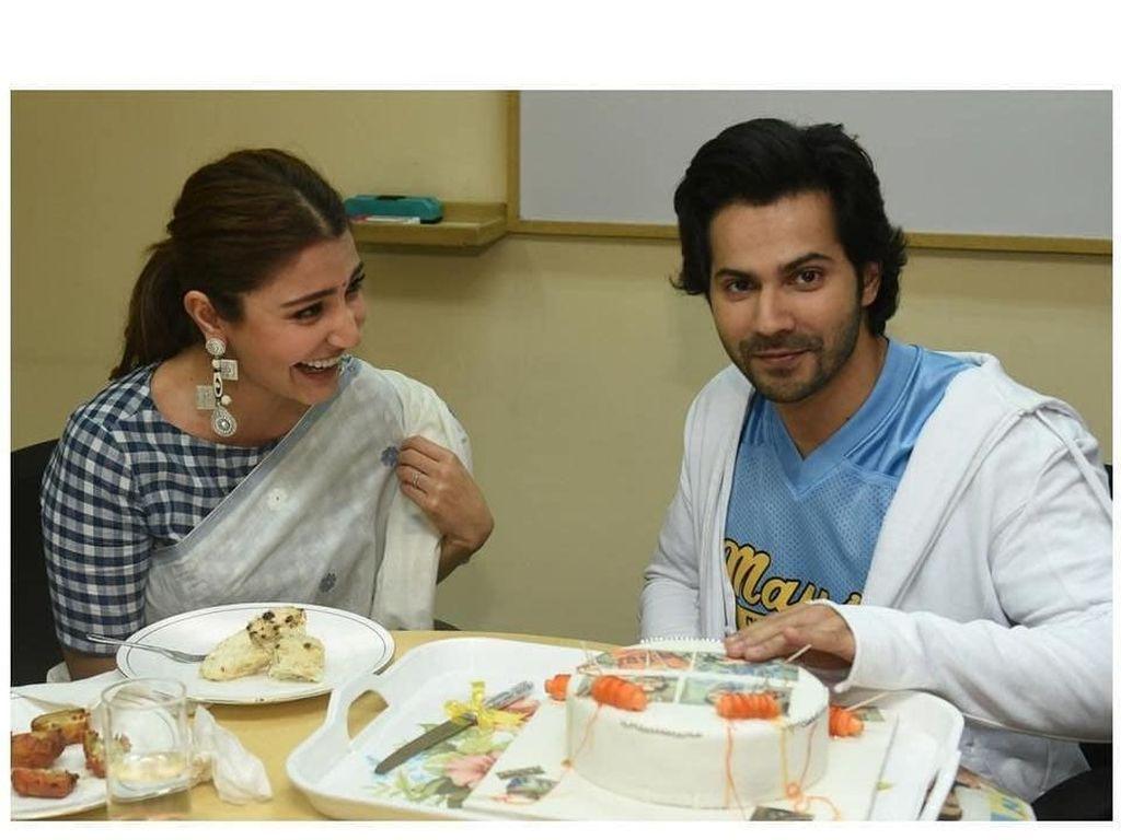 Manisnya Pose Makan Anushka Sharma yang Lama Jadi Vegetarian