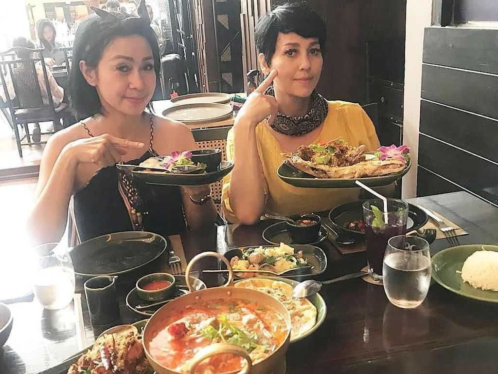 10 Foto Ini Bukti Kalau Meriam Bellina Doyan Makan!