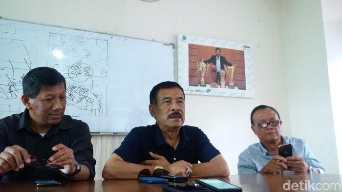Umuh Muchtar (tengah) dalam konfrensi pers terkait tewasnya suporter Persija Jakarta. (Foto: Mochamad  Solehudin/detikSport)