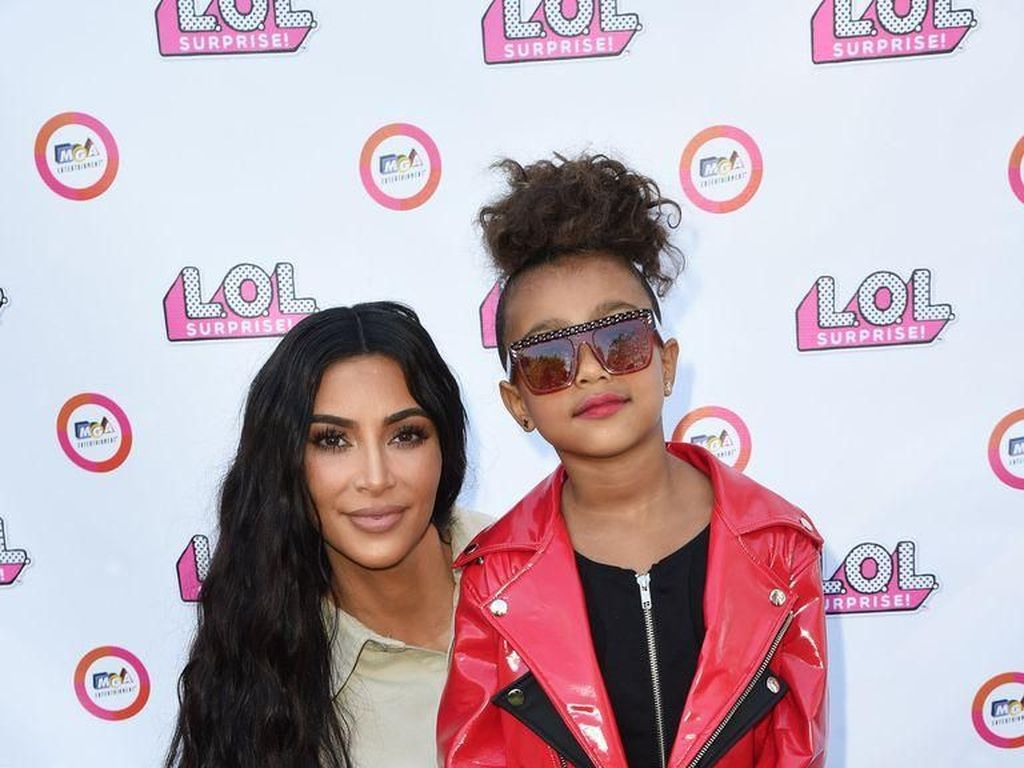 Kim Kardashian Tuai Kontroversi, Pakaikan Anak Lipstik Merah