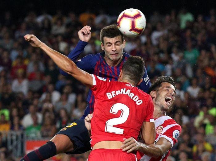 Gerard Pique mencetak gol yang menghindarkan Barcelona dari kekalahan saat menjamu Girona (REUTERS/Albert Gea)