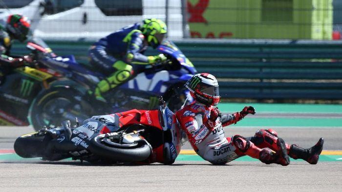 MotoGP dan turunan kelasnya mengubah kebijakan soal rider yang finis sambil terjatuh. (Foto: REUTERS/Heino Kalis)