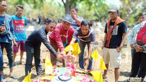 Pemakaman Haringga Sirla, suporter yang tewas di Stadion GBLA.