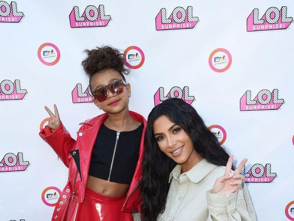 Kim Kardashian Dihujat Pakaikan Lipstik Hitam ke North West