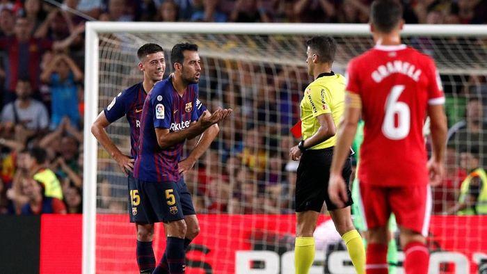 Clement Lenglet dikartu merah saat Barcelona menghadapi Girona di Liga Spanyol (Foto: Albert Gea/Reuters)