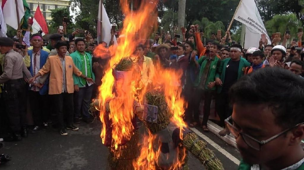Foto: Bakar Patung Mendag, Mahasiswa di Pelosok RI Tolak Impor Beras