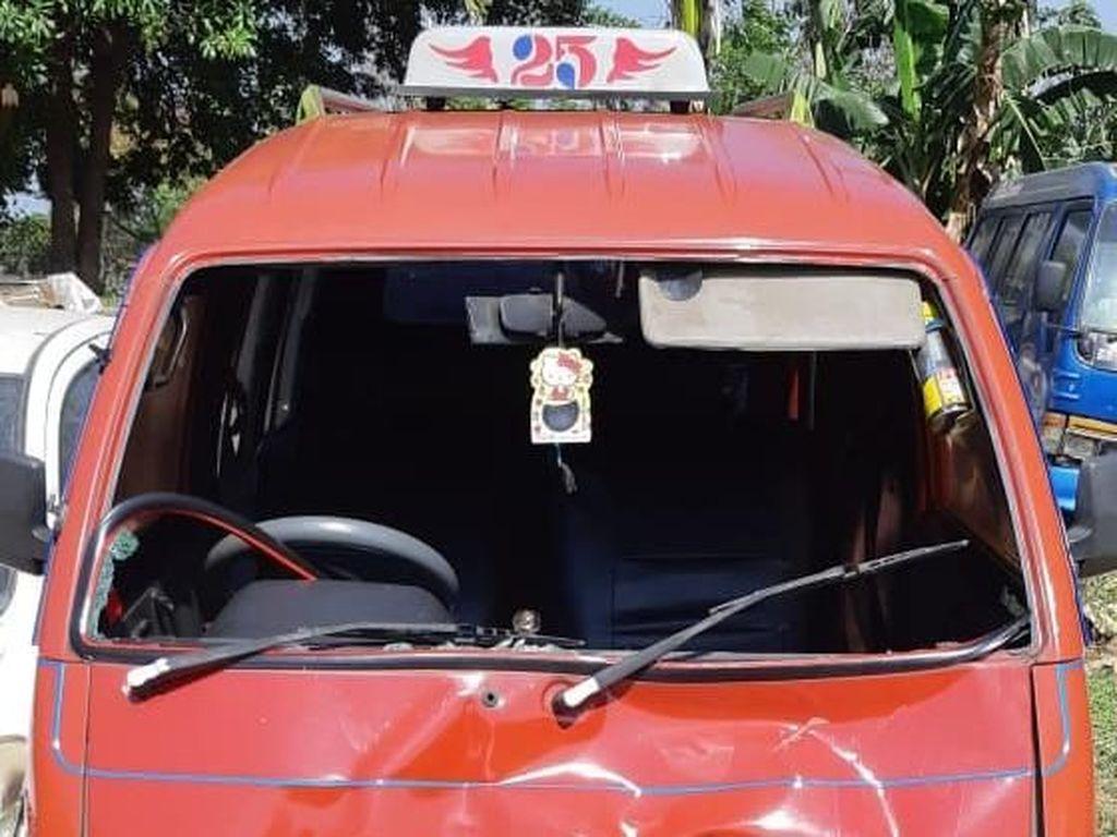 Perempuan Luka Ditabrak Angkot yang Terobos Lampu Merah di Bekasi