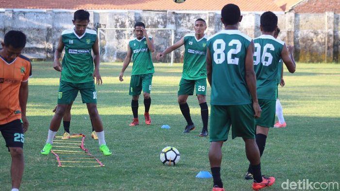 Persebaya saat berlatih di Stadion Jenggolo. (Suparno)